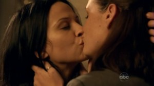 Christine Woods and Navi Rawat, Lesbian kiss FlashForward