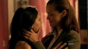 Christine Woods and Navi Rawat, Lesbian kiss FlashForward lesmedia